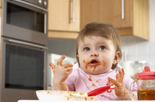 宝宝吃饭一团糟,那是聪明的表现